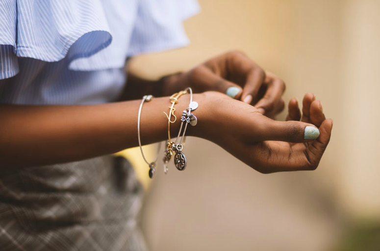 The Dos and Don'ts of Pairing Jewelry With Clothes